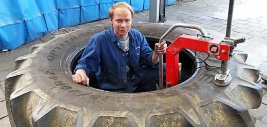 Mann in Reifen