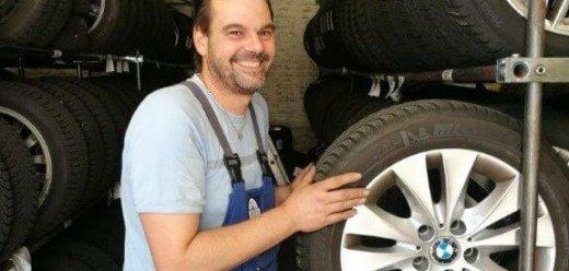 Mann lagert Reifen ein